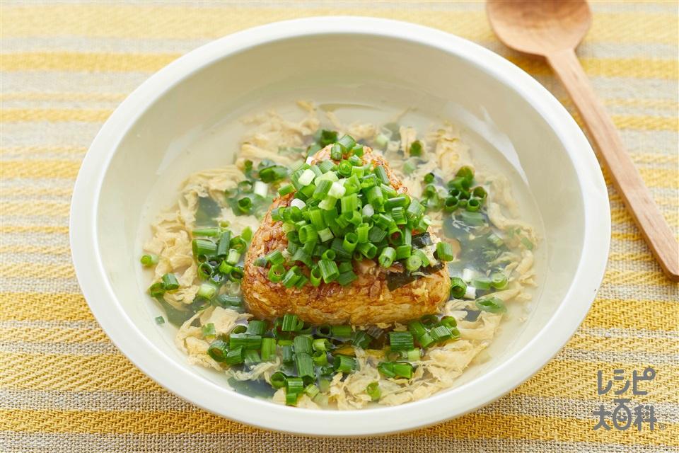 小ねぎ山盛り!スープかけ焼きおにぎり(焼きおにぎり(冷凍)+小ねぎの小口切りを使ったレシピ)