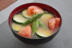 トマトと夏野菜のみそ汁(トマト+グリーンアスパラガスを使ったレシピ)