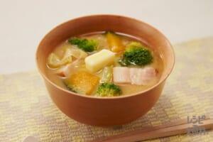 ベーコンと野菜の味噌汁、バター風味