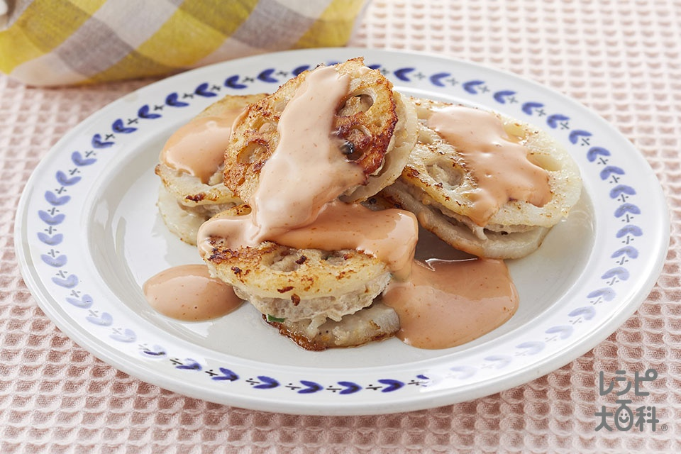 れんこんのはさみ焼きマヨケチャソースがけ(れんこん+鶏ひき肉を使ったレシピ)