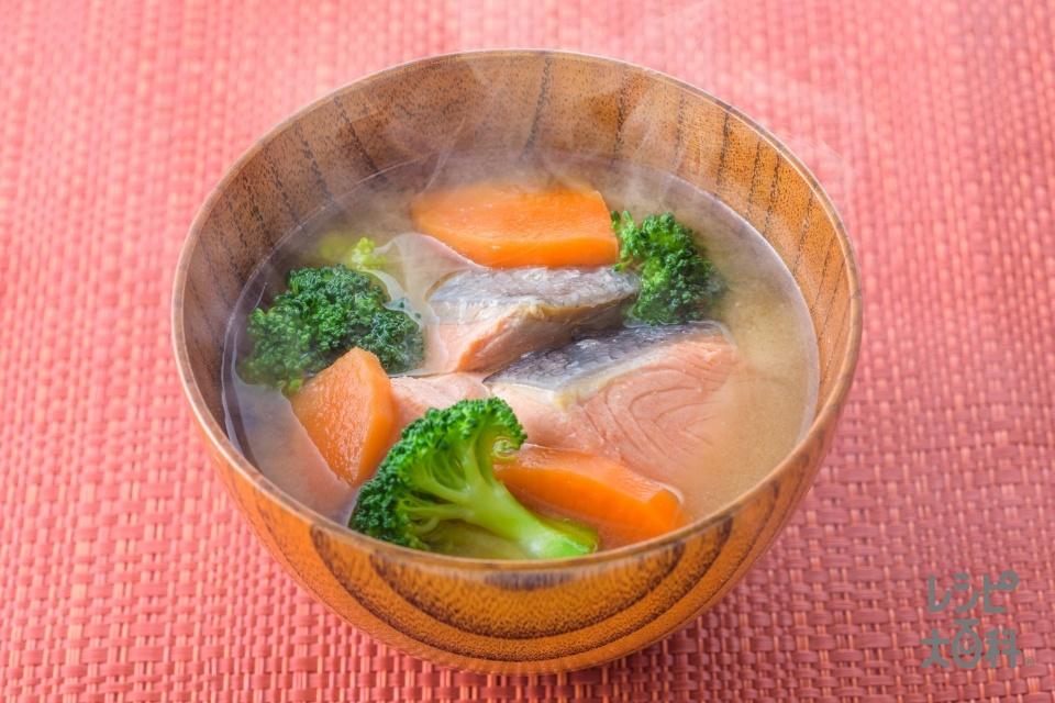 緑黄色野菜と鮭の石狩汁風みそ汁(生ざけ(切り身)+ブロッコリーを使ったレシピ)