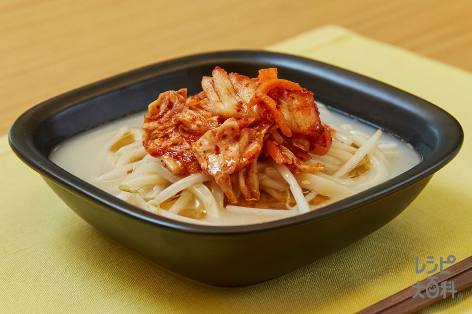 濃厚豚骨うどん(冷凍うどん+白菜キムチを使ったレシピ)