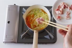 豚肉とせん切り野菜の簡単コンソメスープの作り方_1_0