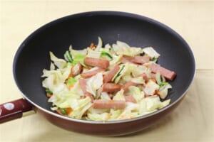 たっぷり野菜とポークランチョンミート炒めの作り方_2_1