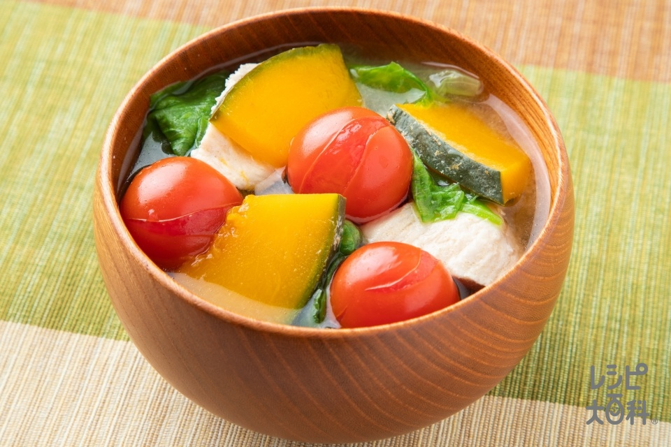 トマトと鶏肉の彩りみそ汁(鶏むね肉(皮なし)+ミニトマトを使ったレシピ)