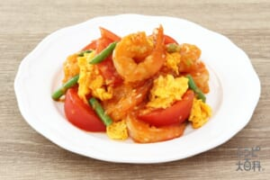トマトとふんわり卵の海老チリソース炒め