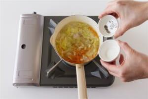 豚肉とせん切り野菜の簡単コンソメスープの作り方_2_1